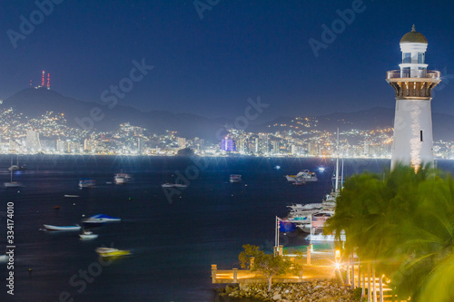 Fototapeta embarcadero y faro de noche en acapulco mexico