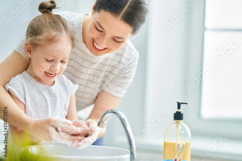 Canvastavla girl and her mother are washing hands