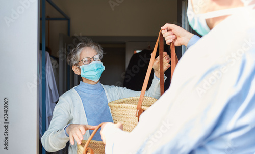 Fotografie, Obraz Lebensmittel Lieferservice für Senioren in Quarantäne