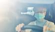 Seniorin mit Mundschutz beim Auto fahren als Risikogruppe
