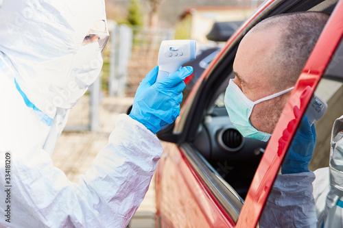 Fototapeta Fieber messen bei Coronavirus Drive-In Teststation obraz