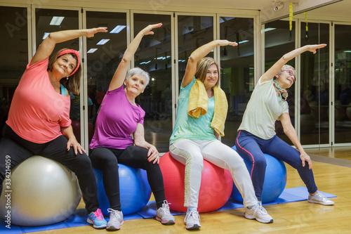 Photo Gruppo di anziane Signore  si allena allegramente in palestra con i Fitball