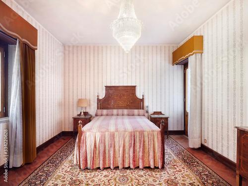 Photo Antique bedroom, classic, vintage furniture.