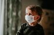 Dziecko, chłopiec w masce antywirusowej