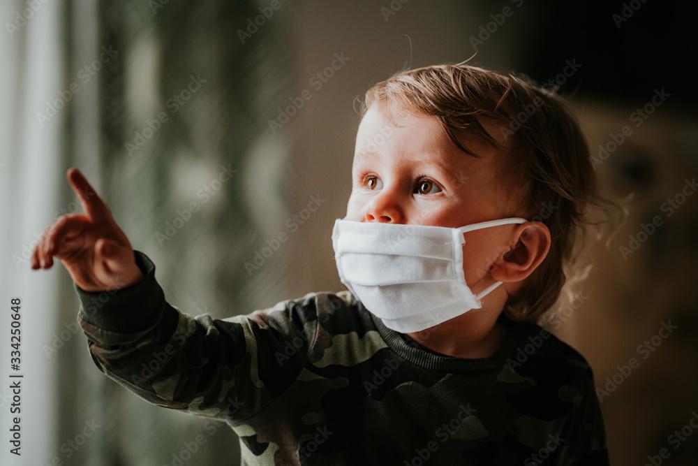 Fototapeta Dziecko, chłopiec w masce antywirusowej