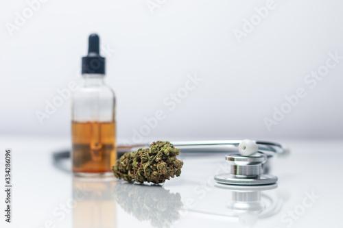 Fotografía Medizinisches Cannabis, CBD Öl und Stethoskop Weißer Hintergrund