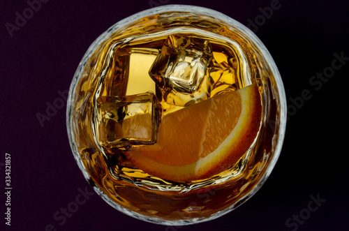 Photo Whiskey or whisky in glass from top view isolated on dark background