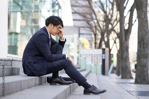 Fototapeta 不安で悩む日本人男性ビジネスマン