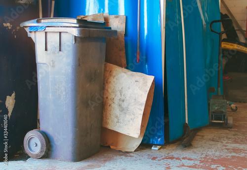 Contenedor de residuos sólidos en un taller mecánico de Madrid, España Tablou Canvas