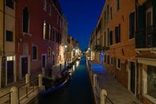 Canale Illuminato Di Sera Vici...