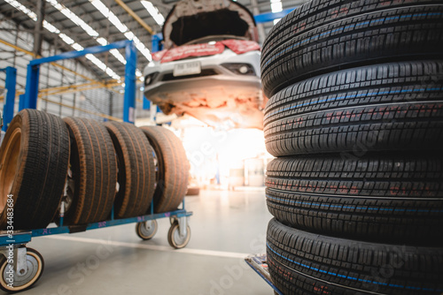 Fotografía Sell tires at a tire store New tires are changing, comparing old tires with new tires