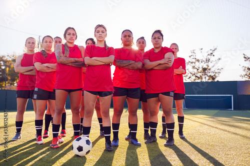 Carta da parati Portrait Of Womens Football Team Training For Soccer Match On Outdoor Astro Turf