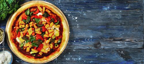 Flat lay of fresh vegan pizza on dark blue background Billede på lærred