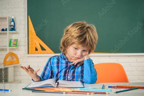 Foto School kids against green chalkboard