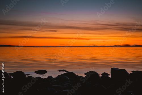 Fototapeta Złota godzina nad skalistym wybrzeżem podczas zachodu słońca w Parku Narodowym Ytre Hvaler w Norwegii obraz