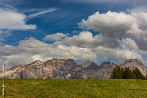 Fototapeta Włochy. Dolomity - masyw Fanes pod niebem z obłokami
