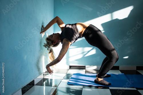 Photo Mujer mexicana/latina haciendo yoga