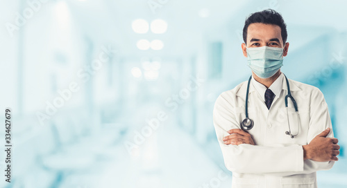 Fotografiet Doctor at hospital wearing medical mask to protect against coronavirus 2019