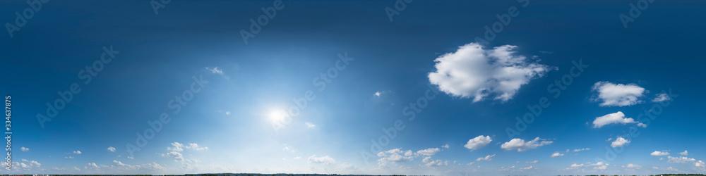 Fototapeta Nahtloses Panorama mit weiß-blauem Himmel in 360-Grad-Ansicht mit schöner Cumulus-Bewölkung zur Verwendung in 3D-Grafiken als Himmelskuppel oder zur Nachbearbeitung von Drohnenaufnahmen