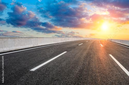 Fotografía Asphalt highway road and sky sunset clouds landscape.