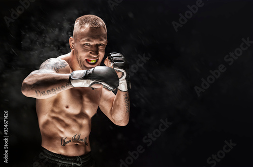 Photo Mixed martial artist posing on a black background