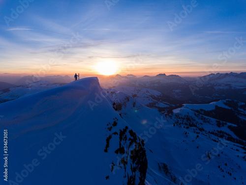 Photo Le sommet de la station de ski des Contamines au coucher de soleil vue par drone