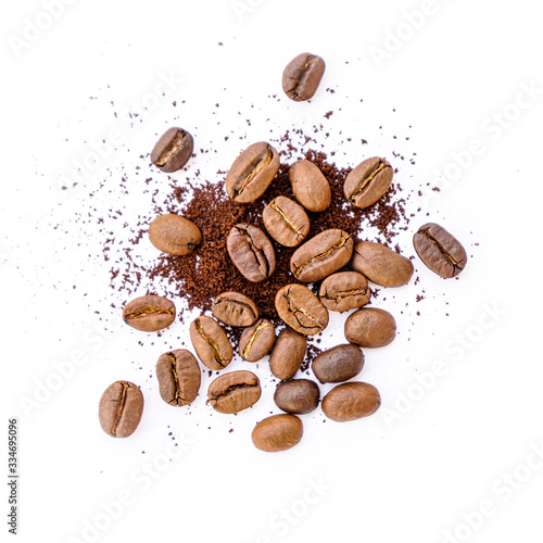 Papel de parede Roasted coffee beans with ground coffee on white background