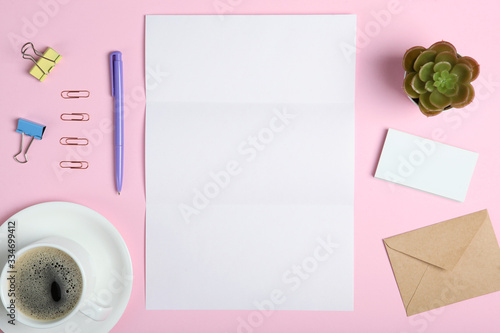 Photo White stationery branding, stage layout on a soft colored background, empty objects to accommodate your design, inclined