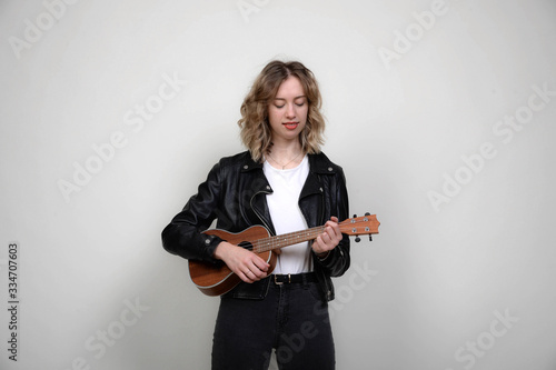 Photo frau cool modern blonde locken jung spielt gitarre gitare