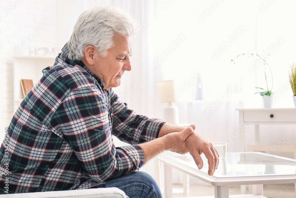 Fotografía Senior man suffering from Parkinson syndrome at home