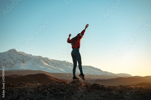 Slim girl traveler walks in mountains фототапет