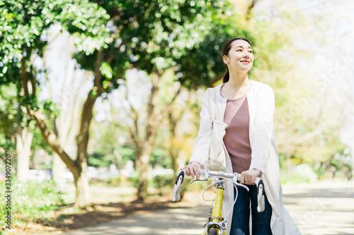 Fototapeta 自転車に乗るミドル女性 obraz