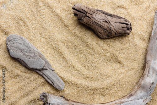 Obraz Drewno na piasku. Letnie tło. Płaski leżał, widok z góry. - fototapety do salonu