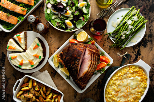 Photo Easter dinner table with ham, asparagus and carrot cake