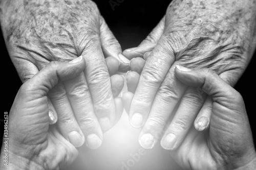 Mani che accolgono e danno supporto a persone anziane Canvas Print