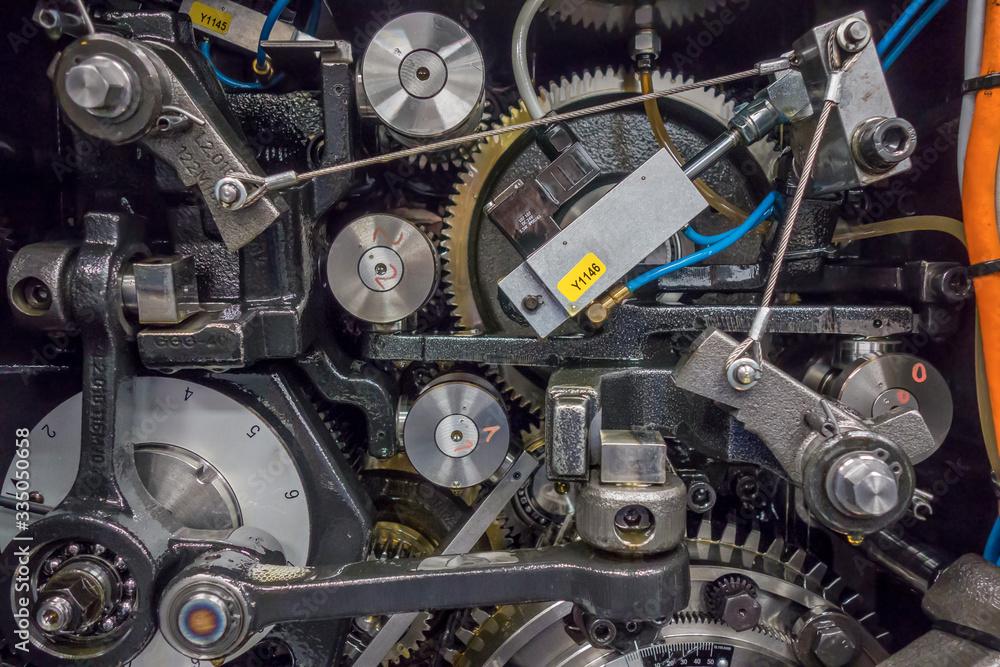 Fototapeta 印刷機の駆動歯車群。精密機械、メカニカルイメージ