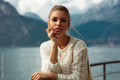 Photo Portrait of woman looking at camera over blured alps mountains