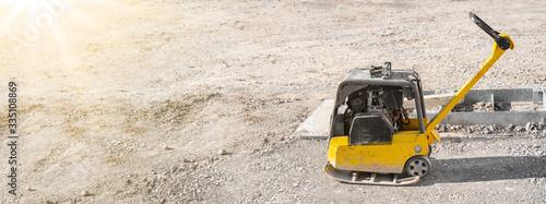 Fotografía Tiefbau / Straßenbau Baustelle - Rüttelplatte auf Schotter / Kiesschicht