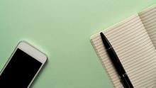 Smartphone Und Notizbuch Mit K...