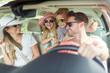 canvas print picture - Familie mit zwei Kindern beim Auto fahren