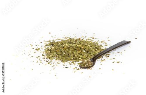 Herbata z czystka na białym tle z łyżeczka, posiekane liście rośliny - fototapety na wymiar