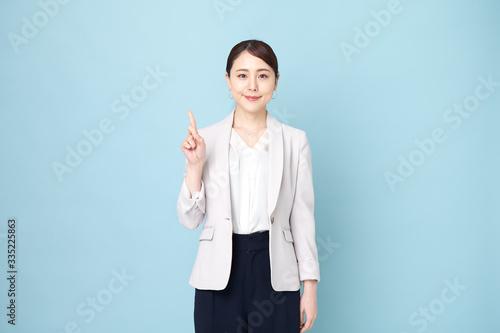 Obraz 指を指している女性 - fototapety do salonu