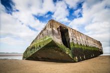 Restes De La Seconde Guerre Mondiale Du Port D'Arromanche En Normandie.