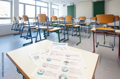 Cuadros en Lienzo Leeres Klassenzimmer in Zeiten von Corona