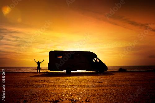 Obraz Mit Wohnmobil am strand bei Sonnenuntergang - fototapety do salonu