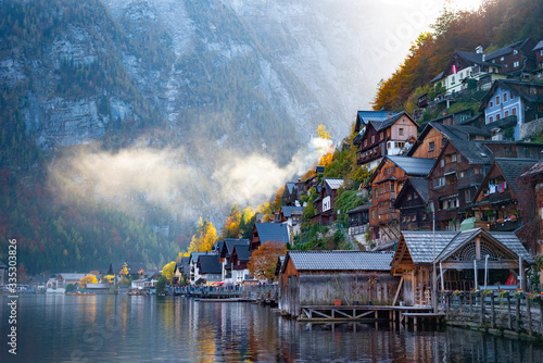 widok-wsi-hallstatt-w-okresie-jesiennym