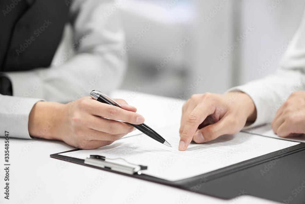 Fototapeta 契約書の内容をチェックする日本人男性ビジネスマン