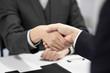 成約の握手をする日本人男性ビジネスマン