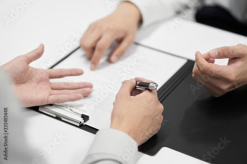 Canvas Print 契約書の内容をチェックする日本人男性ビジネスマン