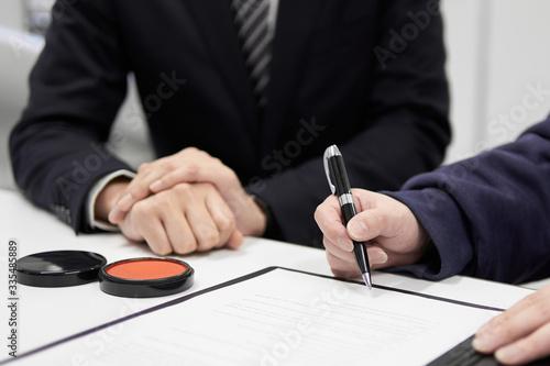 契約書のサインを促す日本人男性ビジネスマンの手元 Wallpaper Mural